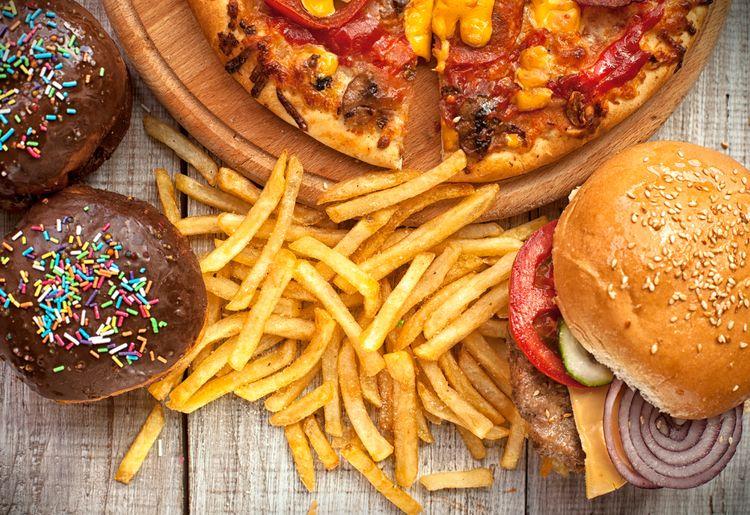 mauvaise alimentation, aliments témoignant d'une mauvaise hygiène alimentaire : donut au chocolat, frites, pizza, hamburger